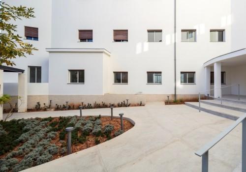 להשכרה דירת גן ענקית בבניין לשימור משופץ מדהים